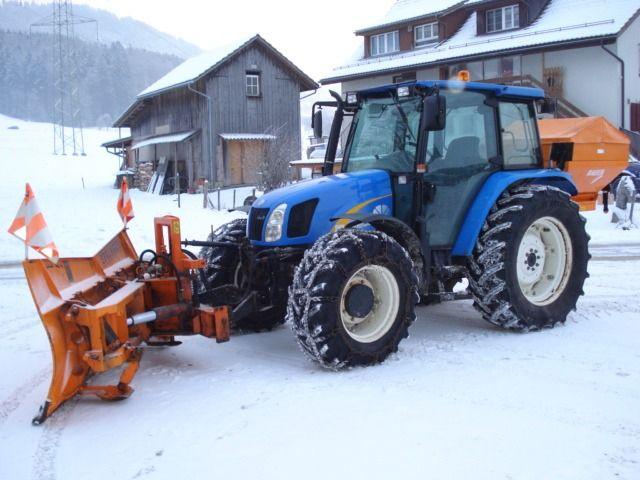 NH mit Winterdienstausrüstung